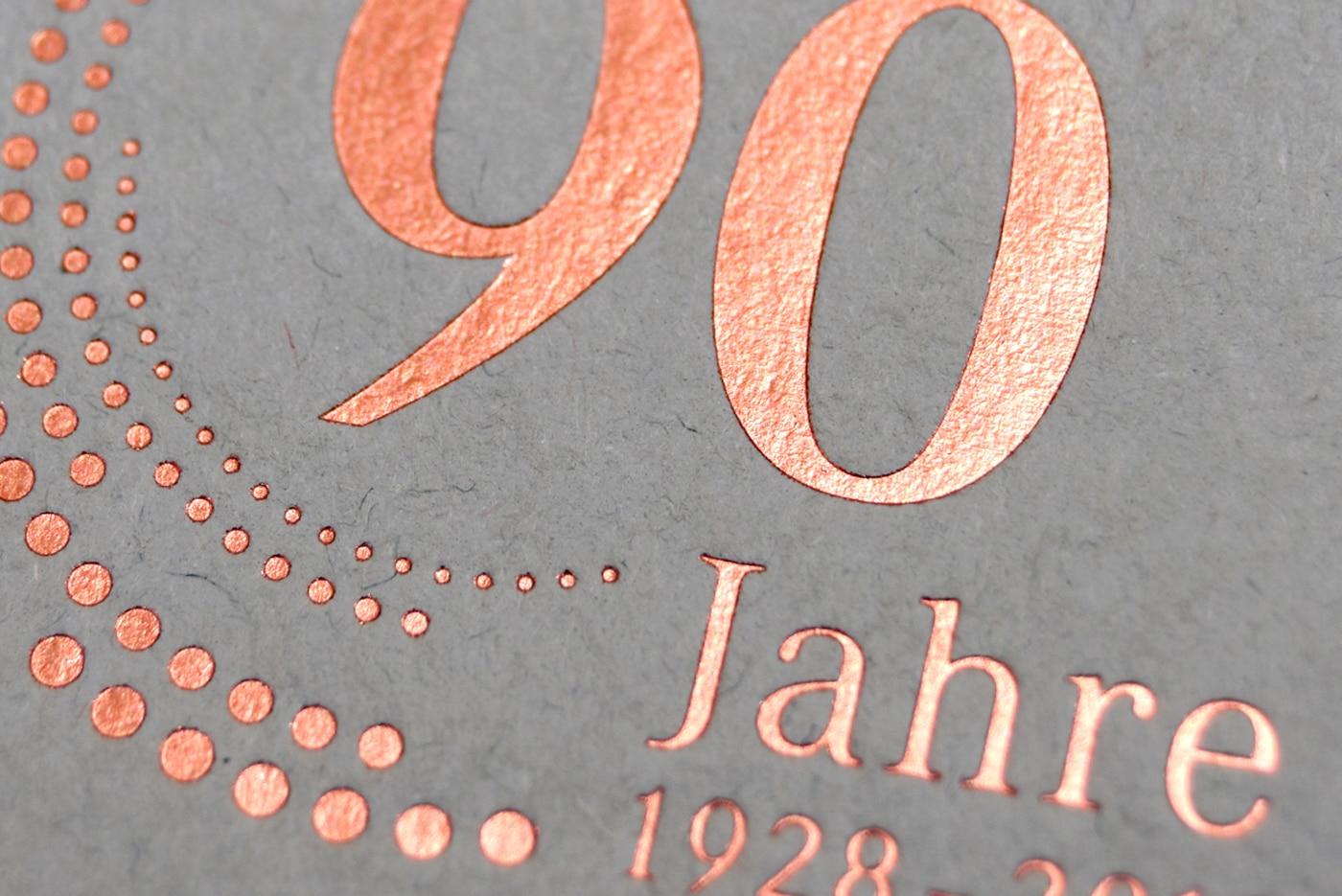 Detail Karte mit Emblem 90 Jahre Jubiläum