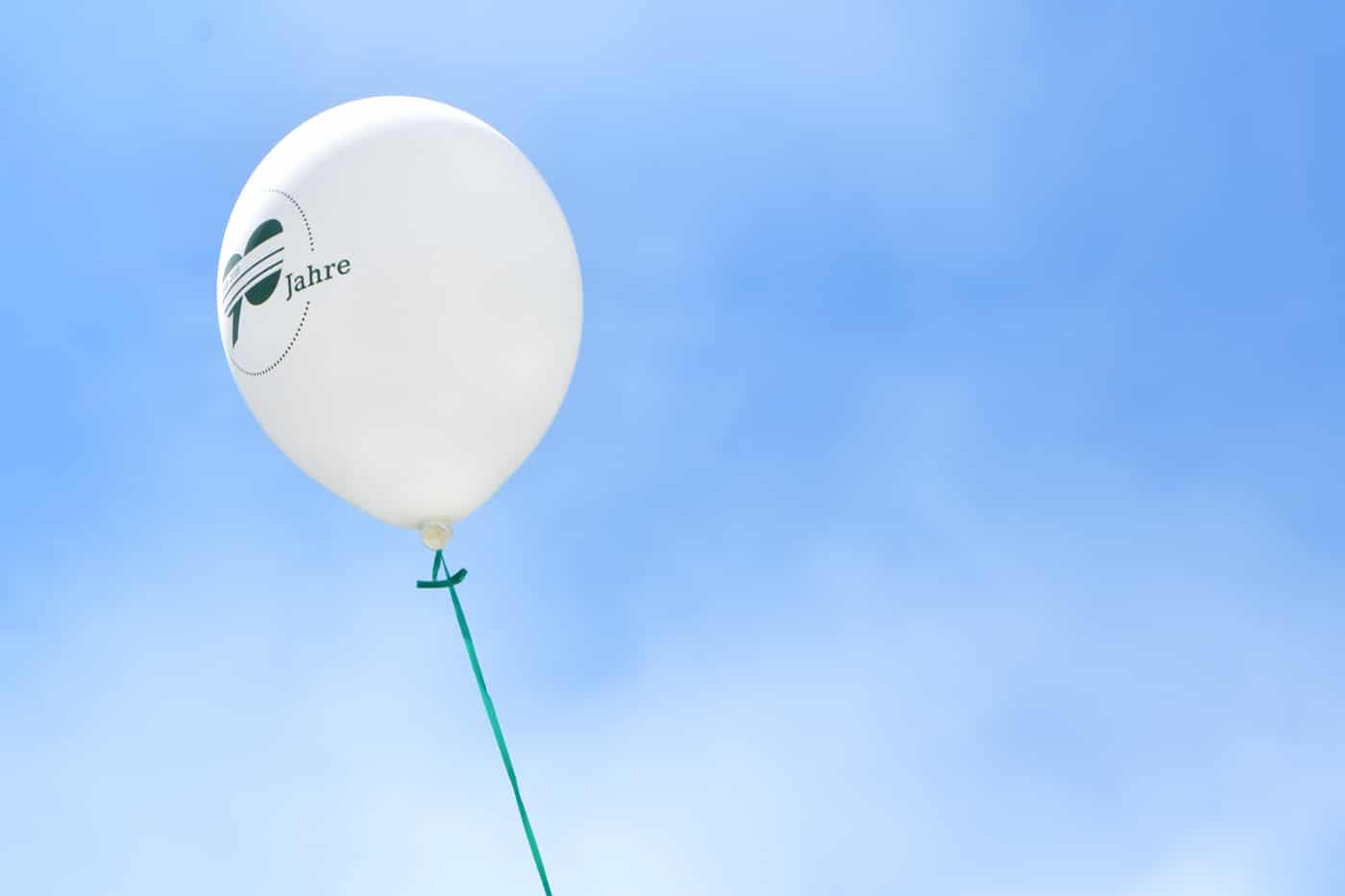 Luftballon mit 90-Jahre Logo
